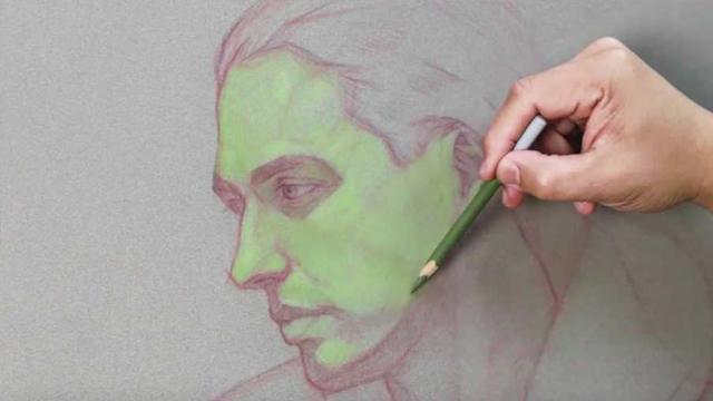 Disegna Un Ritratto Con Una Matita Verde Il Risultato Finale E Una Vera Opera D Arte